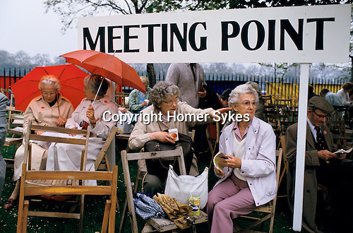 Chelsea Flower Show, London Uk. Meeting Point, wet bad weather. 1980s UK.