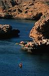 Kayak en mer d'Oman. Cinq jours de randonnee avec bivouacs sur les plages au sud est de Mascate (capitale d'Oman) sur la cote du Hajar. Sultanat d'Oman. Moyen Orient.