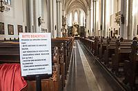 Die Auswirkungen der Corona-Krise sind nach Inkrafttreten der Anordnung des Berliner Senats, wonach Cafes, Kneipen, Museen, Ausstellungen, die Oper, die Universitaeten geschlossen wurden, im oeffentlichen Leben sichtbar. Bei Touristen beliebte Ausflugsziele und Plaetze sind verwaist.<br /> Im Bild: Hinweisschilder in der Berliner St. Marien-Kirche in Berlin-Mitte.<br /> 17.3.2020, Berlin<br /> Copyright: Christian-Ditsch.de<br /> [NUR FUER REDAKTIONELLE ZWECKE! Werbung nur auf Anfrage beim Fotografen. Inhaltsveraendernde Manipulation des Fotos nur nach ausdruecklicher Genehmigung des Fotografen. Vereinbarungen ueber Abtretung von Persoenlichkeitsrechten/Model Release der abgebildeten Person/Personen liegen nicht vor. NO MODEL RELEASE! Don't publish without copyright Christian-Ditsch.de, Veroeffentlichung nur mit Fotografennennung, sowie gegen Honorar, MwSt. und Beleg. Konto: I N G - D i B a, IBAN DE58500105175400192269, BIC INGDDEFFXXX, Kontakt: post@christian-ditsch.de<br /> Bei der Bearbeitung der Dateiinformationen darf die Urheberkennzeichnung in den EXIF- und  IPTC-Daten nicht entfernt werden, diese sind in digitalen Medien nach §95c UrhG rechtlich geschuetzt. Der Urhebervermerk wird gemaess §13 UrhG verlangt.]