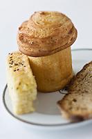 Europe/France/Provence-Alpes-Côte d'Azur/06/Alpes-Maritimes/ Menton: Restaurant: Mirazur- le choix de pains et fougaces