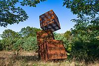"""Installation """"Fünf Kuben"""" des Künstlers Karl Menzen, Internationaler Kunst-Wanderweg Fläming, Naturpark Hoher Fläming, Potsdam-Mittelmark, Brandenburg, Deutschland"""