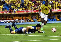 BARRANQUILLA – COLOMBIA - 23 – 03 -2017: Duvan Zapata (Der.) jugador de Colombia disputa el balón con Carlos Lampe (Izq.) portero de Bolivia, durante partido entre los seleccionados de Colombia y Bolivia, de la fecha 13 válido por la clasificación a la Copa Mundo FIFA Rusia 2018, jugado en el estadio Metropolitano Roberto Melendez en Barranquilla. /  Duvan Zapata (R) player of Colombia vies the ball with Carlos Lampe (L) goalkeeper of Bolivia, during match between the teams of Colombia and Bolivia, of the date 13 valid for the Qualifier to the FIFA World Cup Russia 2018, played at Metropolitan stadium Roberto Melendez in Barranquilla. Photo: VizzorImage / Luis Ramirez / Staff.