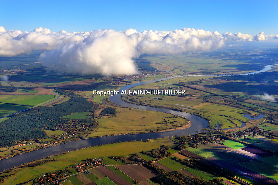 UNESCO-Biosphaerenreservat Flusslandschaft Elbe: EUROPA, DEUTSCHLAND, MECKLENBURG- VORPOMMERN, DOEMITZ (EUROPE, GERMANY), 28.10.2012: Entlang der mittleren Elbe erstreckt sich eine naturnahe Stromlandschaft mit zahlreichen Flussauen von der Mittelelbniederung bis zur Norddeutschen Tiefebene. Fuenf Bundeslaender uebergreifend, wird diese einzigartige, gewachsene Natur- und Kulturlandschaft durch das Biosphaerenreservat Flusslandschaft Elbe zusammengefasst. Der Flusslauf mit Ufersaeumen, natuerlichen Ueberflutungsbereichen wird umrahmt von den groessten zusammenhaengenden Auenwaeldern Mitteleuropas. Das Biosphaerenreservat umfasst weite Ueberschwemmungsflaechen, Sandufer, Binnenduenen, Brackwasser. .