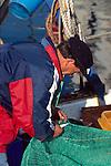 Piran, Slovenija, Piran, Slowenien, Piran, Fisherman repairing net, Fischer repariert , flickt, sein Netz, (italienisch Pirano) ist eine Stadt im äußersten Südwesten Sloweniens an der Küste des Adriatischen Meeres. Mit ihrer malerischen Lage, ihrer Altstadt und venezianischen Architektur ist die Stadt an der Slowenischen Riviera eines der bekanntesten Touristenzentren Sloweniens. Piran (Italian Pirano) is a town and municipality in southwestern Slovenia on the Adriatic coast along the Gulf of Piran.