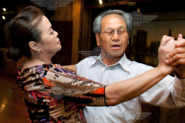 An elderly couple dancing at the Bonsowaaru (bonsoir) club in Machiya.