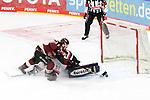 Koelns JamesSheppard (Nr.15) macht das Tor im Penalty Schießen gegen Iserlohns AndreasJenike (Nr.92)  beim Spiel in der Penny DEL, Koelner Haie (dunkel) - Iserlohn Roosters (hell).<br /> <br /> Foto © PIX-Sportfotos *** Foto ist honorarpflichtig! *** Auf Anfrage in hoeherer Qualitaet/Aufloesung. Belegexemplar erbeten. Veroeffentlichung ausschliesslich fuer journalistisch-publizistische Zwecke. For editorial use only.