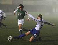 KM Torhout - KSV Temse.. Jonas Vandermarliere (rechts) met de tackle op de bal. Jens Noppe (links) probeert te ontsnappen...foto VDB / BART VANDENBROUCKE