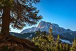 Italien, Suedtirol (Trentino - Alto Adige), Naturpark Fanes-Sennes-Prags: auf dem Dolomiten Hoehenweg Nr. 3 vom Hochplateau Plaetzwiesen zum Strudelkopf mit Blick auf die Cristallogruppe (links) und die Dolomiti d'Ampezzo | Italy, South Tyrol (Trentino - Alto Adige), Fanes-Sennes-Prags Nature Park: on Dolomites Alta via no. 3 view from High Plateau Plaetzwiesen at Hohe Gaisl, highest summit of the Prags Dolomites