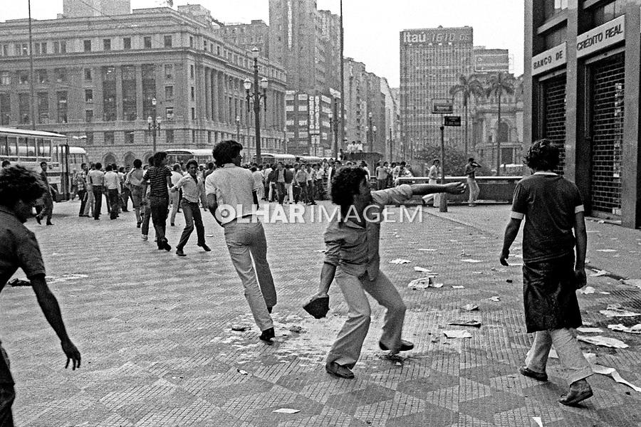 Depredaçao de banco durante greve de bancarios. SP. 1979. Foto de Juca Martins.