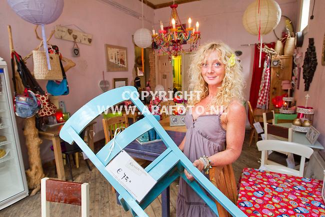 Apeldoorn 280411 Wendy de Roos in haar lunchroom Central Park, waar tegelijk ook al het meubilair te koop is.<br /> Foto Frans Ypma APA-foto
