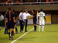 ENVIGADO - COLOMBIA -14 -08-2015: Carlos Anaya (Der.) arbitro, dialoga con Eduardo Pimentel, (2Der.) técnico  de Boyacá Chico FC, durante partido por la fecha 6 entre Envigado FC y Boyaca Chico FC, de la Liga Aguila II-2015, en el estadio Polideportivo Sur de la ciudad de Envigado. / Carlos Anaya (L), referee, speaks with Eduardo Pimentel (2R), coach of Boyaca Chico FC during a match of the 6 date between Envigado FC and Boyaca Chico FC, for the Liga Aguila II -2015 at the Polideportivo Sur stadium in Envigado city. Photo: VizzorImage. / Leon Monsalve / Str.