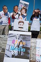 """Zum Tag der Pressefreiheit, am Samstag den 3. Mai 2014, hat die Europaeische Buergerinitiative fuer Medienpluralismus vor dem Bundeskanzleramt eine Kundgebung fuer Pressefreiheit und Medienpluralismus abgehalten.<br />Mit der Aktion sollte an die Notwendigkeit der Presse- und Meinungsfreiheit in Deutschland und Europa erinnert werden. """"Ohne freie Medien kann es keine wirkliche Demokratie geben"""" so eine Sprecherin der Initiative.<br />In Deutschland wird die Kampagne unter anderem unterstuetzt vom Deutschen Journalisten-Verband (DJV), der Deutschen Journalistinnen- und Journalisten-Union (DJU) in ver.di und dem Netzwerk fuer Osteuropa-Berichterstattung (n-ost). Die Initiative hat das Ziel europaweit eine Millionen Unterschriften zu sammeln, um einen Gesetzgebungsentwurf fuer eine bessere Einhaltung der Medienpluralitaet, der Presse- sowie der Meinungsfreiheit an die EU-Kommission zu stellen.<br />Im Bild: Die Kundgebungsteilnehmer tragen Masken mit den Gesichtern von Mediengroessen wie Rupert Murdoch (2.vl.) Bundeskanzlerin Angela Merkel (3.vl.), dem russischen Praesident Wladimir Putin, dem verurteilten italienischen ex-Praesident Silvio Berlusconi (1.vl.), dem englischen Premierminister David Cameron (1.vr.), dem franzoesischen Regierungschef Francoise Hollande und dem franzoesischen ex-Premier Nicola Sarkozy.<br />3.5.2014, Berlin<br />Copyright: Christian-Ditsch.de<br />[Inhaltsveraendernde Manipulation des Fotos nur nach ausdruecklicher Genehmigung des Fotografen. Vereinbarungen ueber Abtretung von Persoenlichkeitsrechten/Model Release der abgebildeten Person/Personen liegen nicht vor. NO MODEL RELEASE! Don't publish without copyright Christian-Ditsch.de, Veroeffentlichung nur mit Fotografennennung, sowie gegen Honorar, MwSt. und Beleg. Konto: I N G - D i B a, IBAN DE58500105175400192269, BIC INGDDEFFXXX, Kontakt: post@christian-ditsch.de]"""