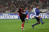 Ioannis Amanatidis (Eintracht Frankfurt) hat eine große Chance, scheitert aber an Mario Eggimann (Karlsruher SC)