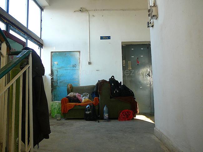 Des fauteuils attendent qu'ils soient enfin mis à leurs places.