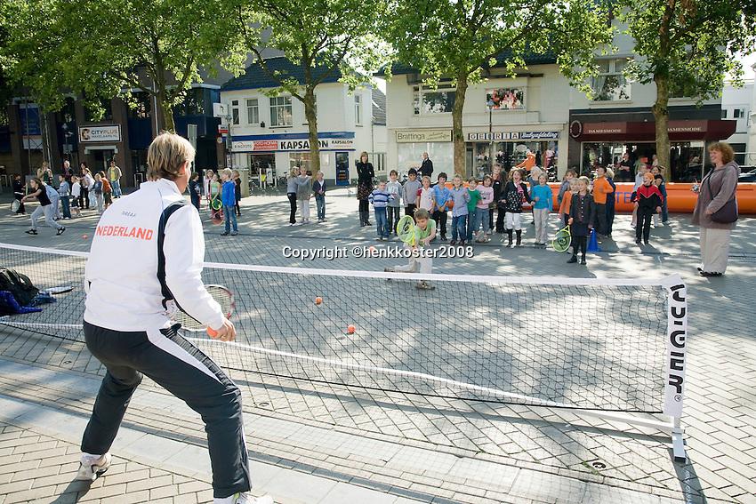 18-9-08, Netherlands, Apeldoorn, Tennis, Daviscup NL-Zuid Korea, Draw in cityhall,  streettenis with Captain Jan Siemerink