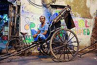 INDIA West Bengal, Kolkata, hand pulled rickshaw / INDIEN Westbengalen Kalkutta, Transportmittel handgezogene Rikscha, Kuli wartet auf Kundschaft