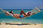 EGY, Aegypten, El Gouna: Paar in Haengematte | EGY, Egypt, El Gouna: couple in hammock