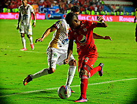 CALI - COLOMBIA  - 15 -  07  -  2017: Brayan Angulo (Der.) jugador de America, disputa el balón con Juan Guillermo Arboleda (Izq.) jugador de Deportes Tolima, durante partido entre America de Cali y Deportes Tolima de la fecha 2 por la Liga Aguila II 2017 jugado en el estadio Pascual Guerrero de la ciudad de Cali. / Brayan Angulo (R) of player of America, vies for the ball with Juan Guillermo Arboleda (L) player of Deportes Tolima, during a match between America de Cali and Deportes Tolima of the date 2nd for the Liga Aguila II 2017 at the Pascual Guerrero stadium in Cali city. Photo: VizzorImage / Nelson Rios / Cont.