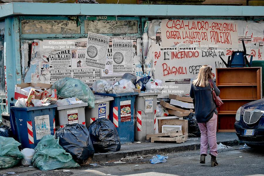 - NAPOLI 18 MAR  2014 - Bagnoli rifiuti differenziati  non rimossi da giorni, tranne il cartone. Piazza Bagnoli