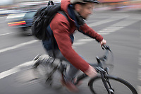 1. im Strassenverkehr getoetete Radfahrerin in 2018.<br /> Am Dienstag den 23. Januar 2018 wurde auf dem Kaiser-Wilhelm-Platz in Berlin-Schoeneberg eine 52-jaehrige Frau von einem rechts abbiegenden Lastwagen ueberfahren. Sie starb noch an der Unfallstelle.<br /> Im Bild: Radfahrer auf der gefaehrlichen Kreuzung.<br /> 24.1.2018, Berlin<br /> Copyright: Christian-Ditsch.de<br /> [Inhaltsveraendernde Manipulation des Fotos nur nach ausdruecklicher Genehmigung des Fotografen. Vereinbarungen ueber Abtretung von Persoenlichkeitsrechten/Model Release der abgebildeten Person/Personen liegen nicht vor. NO MODEL RELEASE! Nur fuer Redaktionelle Zwecke. Don't publish without copyright Christian-Ditsch.de, Veroeffentlichung nur mit Fotografennennung, sowie gegen Honorar, MwSt. und Beleg. Konto: I N G - D i B a, IBAN DE58500105175400192269, BIC INGDDEFFXXX, Kontakt: post@christian-ditsch.de<br /> Bei der Bearbeitung der Dateiinformationen darf die Urheberkennzeichnung in den EXIF- und  IPTC-Daten nicht entfernt werden, diese sind in digitalen Medien nach §95c UrhG rechtlich geschuetzt. Der Urhebervermerk wird gemaess §13 UrhG verlangt.]