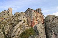 France, Haute-Loire (43), Monistrol-d'Allier, hameau de Rochegude, la chapelle Saint-André et ruine du château à gauche // France, Haute-Loire, Monistrol-d'Allier, hamlet of Rochegude, the chapel Saint André and ruin of the castle to the left