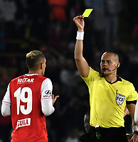 BOGOTA-COLOMBIA, 08-03-2020: Edilson Ariza, arbitro muestra tarjeta amarilla a Diego Valdes de Independiente Santa Fe, durante partido de la fecha 8 entre Independiente Santa Fe y Atletico Nacional, por la Liga BetPLay DIMAYOR I 2020, en el estadio Nemesio Camacho El Campin de la ciudad de Bogota. / Edilson Ariza, referee shows yellow card to Diego Valdes of Independiente Santa Fe, during a match of the 8th date between Independiente Santa Fe and Atletico Nacional, for the BetPlay DIMAYOR I Leguaje 2020 at the Nemesio Camacho El Campin Stadium in Bogota city. / Photo: VizzorImage / Luis Ramirez / Staff.