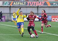 Dames Zulte - Waregem - STVV Sint Truidense VV : Eva Van Daele aan de bal voor Marlies Verbruggen (links).foto DIRK VUYLSTEKE / Vrouwenteam.be