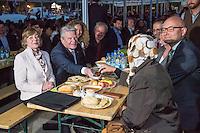 Bundespraesident Joachim Gauck nahm am Montag den 13. Juni 2016 in Berlin Moabit an einem gemeinsamen Fastenbrechen it Muslimen teil.<br /> Im Bild: Die Lebensgefaehrtin des Bundespraesidenten und der Bundespraesident beim Ritual des Fastenbrechens und dem gemeinsamen Verzehr des Abendessens.<br /> 13.6.2016, Berlin<br /> Copyright: Christian-Ditsch.de<br /> [Inhaltsveraendernde Manipulation des Fotos nur nach ausdruecklicher Genehmigung des Fotografen. Vereinbarungen ueber Abtretung von Persoenlichkeitsrechten/Model Release der abgebildeten Person/Personen liegen nicht vor. NO MODEL RELEASE! Nur fuer Redaktionelle Zwecke. Don't publish without copyright Christian-Ditsch.de, Veroeffentlichung nur mit Fotografennennung, sowie gegen Honorar, MwSt. und Beleg. Konto: I N G - D i B a, IBAN DE58500105175400192269, BIC INGDDEFFXXX, Kontakt: post@christian-ditsch.de<br /> Bei der Bearbeitung der Dateiinformationen darf die Urheberkennzeichnung in den EXIF- und  IPTC-Daten nicht entfernt werden, diese sind in digitalen Medien nach §95c UrhG rechtlich geschuetzt. Der Urhebervermerk wird gemaess §13 UrhG verlangt.]