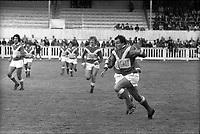 Stadium municipal de Toulouse, 1bis allées Gabriel-Biénès. 13 mai 1973. Finale du championnat de France de rugby à XIII, l'équipe du Toulouse Olympique XIII contre l'équipe de Marseille. Cliché pris durant le match ; au 1er plan action de jeu ; en arrière-plan gradins avec spectateurs.
