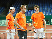18-9-06,Leiden, Tennis, training Daviscup, Captain Tjerk Bogtstra having fun with the two new players in his team Robin Haase(r) and Igor Sijsling