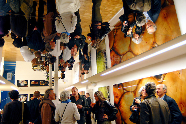 """FRANCE, Paris, October 6-7th of 2009..Opening evening of the exhibtion """"The collective Brain"""" in Le Laboratoire where were presented the whaf (cloud of savors), Andea (air filter) and MuseTrek. In the FoddLab, Thierry Marx experiments molecular food..Opened since 2007, Le Laboratoire is a contemporary art and design center in central Paris founded by David Edwards, where artists and designers experiment at frontiers of science..FRANCE, Paris, 6/7 octobre 2009..Soirée d'inauguration au Laboratoire, de l'exposition """"Cerveau collectif"""". Présentation du Whaf (nuage de saveurs), d'Andrea (filtre d'air intérieur) et de MuseTrek (visites interactives). Dans le FoddLab, le chef Thierry Marx présente sa cuisine moléculaire. Ouvert depuis 2007, Le Laboratoire est un lieu d'art et de design aux frontières de la science..© Bruno Cogez"""