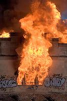 Un molino harinero de Paterna, construido entre finales del siglo XIX y principios del XX, quedó ayer en estado de ruina total como consecuencia de un aparatoso incendio que se declaró a última hora de la tarde en el histórico edificio, según confirmó el alcalde de la localidad, Lorenzo Agustí. El inmueble se conoce popularmente como molino del Batán. Afortunadamente el siniestro no ocasionó daños personales. Paterna - 4/5/2008