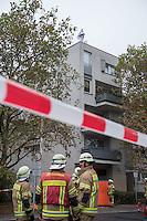 Am Freitag den 17. Oktober 2014 wurde der 46. jaehrige Ali M. mit seinem Blumenladen in der Falkenseer Chaussee 239 in Berlin-Spandau von der EDEKA-Reichelt Gruppe zwangsgeraeumt. Trotz Gespraechsangeboten durch den Blumenladenbesitzer und Freunde, war die Marktleiterin nicht zu einem Einlenken zu ueberreden.<br /> Nachdem der Gerichtsvollzieher die Raeumung vollzogen hatte, ging der Mann auf das Dach eines nahegelegenen Wohnhauses und drohte damit Suizid zu begehen. Die Polizei war mit einem Sondereinsatzkommando (SEK) im Einsatz.<br /> 17.10.2014, Berlin<br /> Copyright: Christian-Ditsch.de<br /> [Inhaltsveraendernde Manipulation des Fotos nur nach ausdruecklicher Genehmigung des Fotografen. Vereinbarungen ueber Abtretung von Persoenlichkeitsrechten/Model Release der abgebildeten Person/Personen liegen nicht vor. NO MODEL RELEASE! Don't publish without copyright Christian-Ditsch.de, Veroeffentlichung nur mit Fotografennennung, sowie gegen Honorar, MwSt. und Beleg. Konto: I N G - D i B a, IBAN DE58500105175400192269, BIC INGDDEFFXXX, Kontakt: post@christian-ditsch.de<br /> Urhebervermerk wird gemaess Paragraph 13 UHG verlangt.]