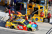 Monster Energy NASCAR Cup Series<br /> The Advance Auto Parts Clash<br /> Daytona International Speedway, Daytona Beach, FL USA<br /> Sunday 11 February 2018<br /> Kyle Busch, Joe Gibbs Racing, M&M's Toyota Camry pit stop<br /> World Copyright: Russell LaBounty<br /> LAT Images