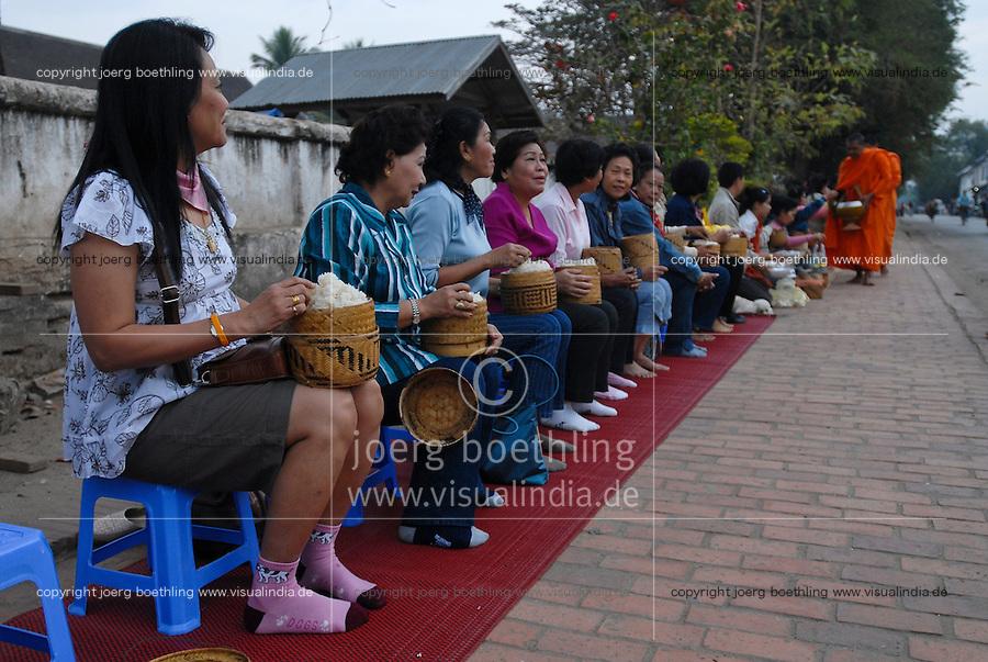 LAOS  Luang Prabang, buddhist monks collect alms /  Luang Prabang, buddhistische Moenche sammeln Almosen