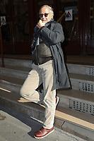 FABRICE LUCHINI - FABRICE LUCHINI DEVANT LE THEATRE DE LA MICHODIERE A PARIS, FRANCE, LE 06/11/2017.