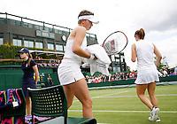 28-6-07,England, Wimbldon, Tennis,  Michaella Krajicek en O'Brian tijdens de wissel op baan 2 op de achtergrond het centercourt zonder dak