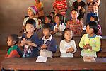 Myanmar, (Burma), Shan State, Kengtung: School children from Akha hill village | Myanmar (Birma), Shan Staat, Kengtung: Schulkinder des Akha Bergvolks in ihrem Klassenzimmer