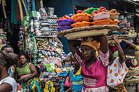 Mercato di Cotonou, ragazza trasporta pomodori