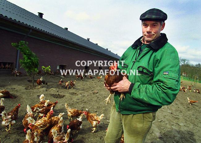 Renswoude , 050400  Foto : Koos Groenewold (APA-Foto)<br />Dhr Verbeek met zijn biologische pluimveebedrijf<br /><br />tvar3  18  xa///  biol.pluimvee  koos groenewold/apa