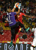 BOGOTA - COLOMBIA - 23 - 04 - 2017: Robinson Zapata (Izq.) portero de Independiente Santa Fe, disputa el balón con Luis Mosquera (Der.) jugador de Rionegro Aguilas, durante partido de la fecha 14 entre Independiente Santa Fe y Rionegro Aguilas, por la Liga Aguila I-2017, en el estadio Nemesio Camacho El Campin de la ciudad de Bogota. / Robinson Zapata (L) golkeeper of Independiente Santa Fe struggles for the ball with Luis Mosquera (R) player of Rionegro Aguilas, during a match of the date 14 between Independiente Santa Fe and Rionegro Aguilas, for the Liga Aguila I -2017 at the Nemesio Camacho El Campin Stadium in Bogota city, Photo: VizzorImage / Luis Ramirez / Staff.