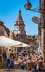 Deutschland, Baden-Wuerttemberg, Schwarzwald, Gengenbach im Ortenaukreis: Stadtzentrum mit Eiscafe und dem Niggelturm | Germany, Baden-Wurttemberg, Black Forest, Gengenbach: centre with cafe and Niggel Tower