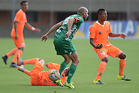ENVIGADO -COLOMBIA, 8-OCTUBRE-2015. Accion de juego entre los equipos  Envigado FC contra  Patriotas de Boyacá por la fecha 19 de la Liga Aguila II 2015 jugado en el estadio Polideportivo Sur./ Action game between Envigado FC  against of Patriotas de Boyacá  of the match between Envigado FC  and Patriotas de Boyacá for the date 19 of the Aguila League II 2015 played at Polideportivo Sur . Photo: VizzorImage / Leon Monsalve / Str