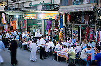 Aegypten Kairo Cairo, westliche Touristen im Restaurant im Basar im Stadtteil Khan el Khalili waehrend des Iftar Fest dem Fastenbrechen im Fastenmonat Ramadan / Egypt Cairo, western tourist in Restaurant in Khan el Khalili , people celebrate Iftar the fast break in holy month Ramadan