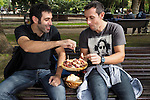 Fecha: 05-10-2014. LUGO.- Fiesta de interés turístico, San Froilan 2014, donde la gente acude para probar cefalopodo. que pulpeiras y pulpeiros preparan. En la imagen unos chicos comen el pulpo en el parque de Rosalia de Castro