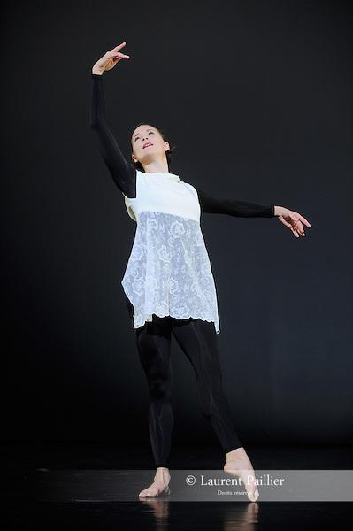 ANTIC MEET....Adaptateur : NEELS Sandra SWINSTON Robert..Choregraphie : CUNNINGHAM Merce..Mise en scene : CUNNINGHAM Merce..Compositeur : CAGE John..Compagnie : Merce Cunningham Dance Company..Decor : RAUSCHENBERG Robert..Lumiere : CHALLENBERG Christine..Costumes : RAUSCHENBERG Robert..Avec :..WEBER Andrea..Lieu : Theatre de la Ville..Cadre : Festival d Automne 2010..Ville : Paris..Le : 03 11 2010..© Laurent PAILLIER / photosdedanse.com..All Right reserved