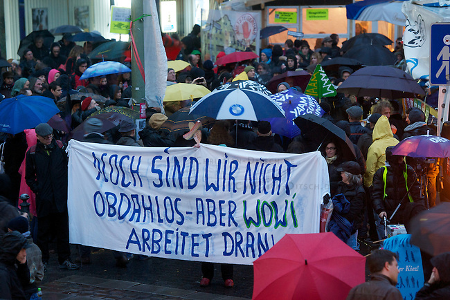 Mehr als 1000 Menschen zogen am Samstag den 10. November 2012 in Berlin mit einer sog. Laermdemo durch den Stadtteil Kreuzberg um gegen steigende Mieten und die Verdraengung von sozial schwachen Beveolkerungsteilen aus sozialem Wohnraum zu protestieren.<br /> Zeitgleich demonstrierten in Hamburg und Freiburg Menschen zum gleichen Thema.<br /> 10.11.2012, Berlin<br /> Copyright: Christian-Ditsch.de<br /> [Inhaltsveraendernde Manipulation des Fotos nur nach ausdruecklicher Genehmigung des Fotografen. Vereinbarungen ueber Abtretung von Persoenlichkeitsrechten/Model Release der abgebildeten Person/Personen liegen nicht vor. NO MODEL RELEASE! Nur fuer Redaktionelle Zwecke. Don't publish without copyright Christian-Ditsch.de, Veroeffentlichung nur mit Fotografennennung, sowie gegen Honorar, MwSt. und Beleg. Konto: I N G - D i B a, IBAN DE58500105175400192269, BIC INGDDEFFXXX, Kontakt: post@christian-ditsch.de<br /> Bei der Bearbeitung der Dateiinformationen darf die Urheberkennzeichnung in den EXIF- und  IPTC-Daten nicht entfernt werden, diese sind in digitalen Medien nach §95c UrhG rechtlich geschuetzt. Der Urhebervermerk wird gemaess §13 UrhG verlangt.]