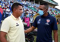 MONTERIA - COLOMBIA, 15-08-2021: Cesar Torres, tecnico de Jaguares de Cordoba F.C. dialoga con Luis Amaranto Perea , técnico de Atletico Junior durante partido entre Jaguares de Cordoba F. C. y Atletico Junior de la fecha 5 por la Liga BetPlay DIMAYOR I 2021, en el estadio Jaraguay de Monteria de la ciudad de Monteria. / Cesar Torres, coach of Jaguares de Cordoba F.C. speaks with Lis Amaranto Perea coach of Atletico Junior during a match between Jaguares de Cordoba F.C. and Atletico Junior, of the 5th date for the Betplay DIMAYOR I 2021 League at Jaraguay de Monteria Stadium in Monteria city. Photo: VizzorImage / Andres Lopez / Cont.
