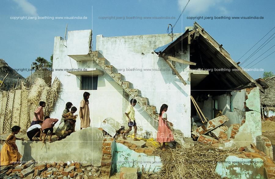 INDIA, Tamil Nadu, Nagapattinam , children infront of destroyed house of fisherman family / INDIEN Tamil Nadu Nagapattinam, Kinder vor zerstoertem Haus einer Fischerfsamilie