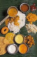 """Asie/Singapour/Singapour: Détail """"Thali"""" curry végétarien servi à table sur une feuille de bananier"""